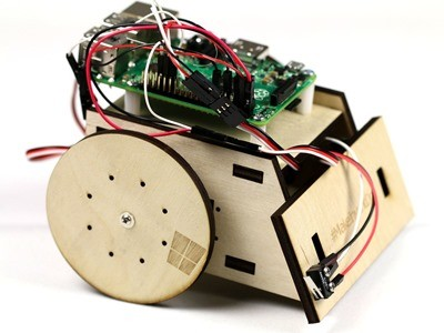 Windows 10 IoT core controlling a Raspberry Pi 2 robot